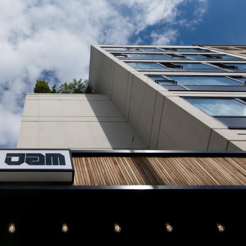 Entrée béton et bois Jam Hotel - Olivia Gustot Architectes